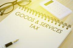 Affaires, finances et concept de encaisser Stylo, calculatrice, lunettes de soleil et carnet écrits avec des marchandises et l'im image libre de droits