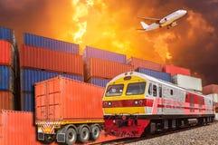 Affaires globales avec la pile commerciale et la remorque de cargaison de train et de récipient de fret de cargaison au dock pend Image libre de droits