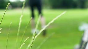 Affaires globales de cible de succès de golfeur de jeu de station de vacances physique femelle de golf formation banque de vidéos