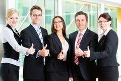 Affaires - groupe d'hommes d'affaires dans le bureau Photo stock