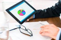 Affaires - homme d'affaires travaillant avec la tablette Image stock