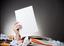 Affaires : Homme enterré tenant le papier blanc images libres de droits
