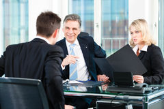Affaires - homme s'asseyant dans l'entrevue d'emploi Photographie stock libre de droits