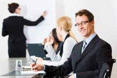 Affaires - hommes d'affaires, contact et présentation dans le bureau Photos libres de droits