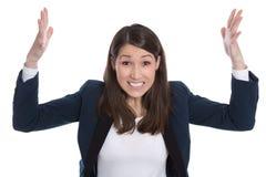 Affaires : jolie femme excitée avec des mains dans le ciel d'isolement dessus Photos stock