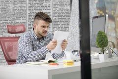 Affaires, les gens, effort, émotions et concept d'échouer - papiers de lancement d'homme d'affaires fâché dans le bureau images stock