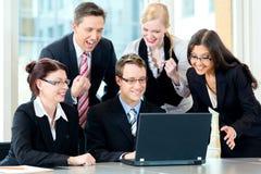 Affaires - les hommes d'affaires ont le contact d'équipe Images libres de droits