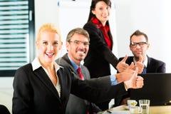 Affaires - les hommes d'affaires ont le contact d'équipe Images stock