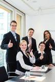 Affaires - les hommes d'affaires ont le contact d'équipe dans un bureau Image stock