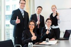 Affaires - les hommes d'affaires ont le contact d'équipe dans un bureau Image libre de droits