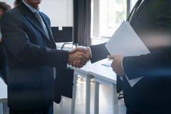Affaires méconnaissables Team Coworkers de centre de Coworking d'accord de main de secousse d'homme des affaires deux Photos libres de droits