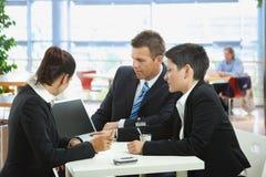Affaires parlant au café Image stock