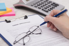 Affaires Person Completing Credit Application Images stock