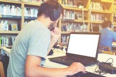 affaires ses jeunes travaillants d'homme d'ordinateur portatif Image stock