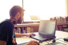 affaires ses jeunes travaillants d'homme d'ordinateur portatif Photographie stock libre de droits