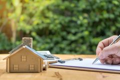 Affaires signant une maison achat-vente de contrat image stock