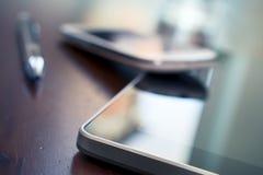 Affaires Smartphone se penchant sur une Tablette à côté de Pen On Wooden Table images libres de droits