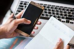 Affaires sur le livret de banque de compte de bureau avec un ordinateur portable images libres de droits
