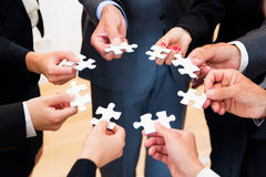 Affaires Team With Jigsaw Puzzle image stock
