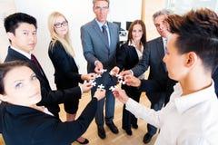 Affaires Team With Jigsaw Puzzle photo libre de droits