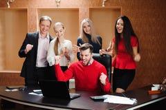 Affaires Team Professional Occupation Workplace Concept, les gens dans le bureau tenant une conférence et discutant des stratégie photos libres de droits