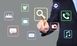 Affaires, technologie et concept d'Internet - bouton de recherche de pressing d'homme d'affaires sur les écrans virtuels Photo stock