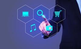Affaires, technologie et concept d'Internet - bouton de recherche de pressing d'homme d'affaires sur les écrans virtuels Image libre de droits