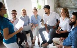 Affaires, technologie et concept de personnes - ?quipe ou concepteurs cr?atifs travaillant dans le bureau photo stock