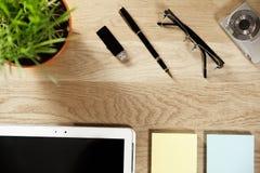 Affaires toujours - comprimé numérique de stylo de la vie et papier de note sur le fond en bois Photos libres de droits