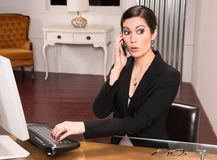 Affare attraente Person Office Desk Answering Phone della bella donna Fotografie Stock Libere da Diritti