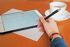 Affare, calendari, appuntamento Tavola dell'ufficio con il blocco note, computer, tazza di caffè Fotografie Stock