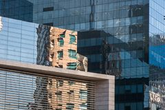 Affare che costruisce un centro commerciale fatto delle finestre di vetro immagini stock libere da diritti