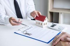 Affare che firma una casa compra-vendita del contratto, agente di assicurazione che analizza circa il concetto domestico di Real  immagine stock libera da diritti