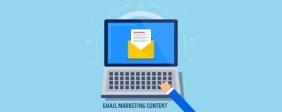 Affare che invia il email da un computer portatile - invii con la posta elettronica il contenuto del newsletter promozionale Inse illustrazione di stock
