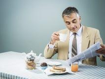 Affare che mangia una prima colazione nutriente Fotografia Stock Libera da Diritti