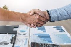 Affare che stringe le mani dopo la discussione dell'affare buon di commercio per firmare accordo e trasformarsi in in un partner, fotografia stock libera da diritti