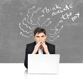 Affare con 'brainstorming' dell'uomo del computer portatile Fotografia Stock Libera da Diritti