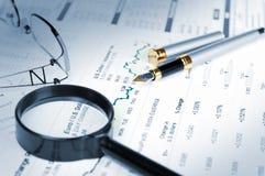Affare del desktop finanziario di analitics Fotografia Stock