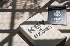 Affare del libro e del passaporto di successo vicino alla finestra di mattina fotografia stock libera da diritti