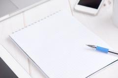 Affare del posto di lavoro taccuino vuoto in bianco, computer portatile, pc della compressa, calca Fotografie Stock Libere da Diritti