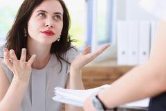Affare della donna infastidito a confusione di confusione Immagini Stock