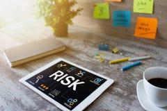 Affare della gestione dei rischi e concetto di tecnologia sullo schermo virtuale immagine stock