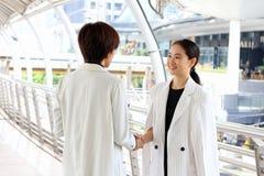 Affare di affari e concetto dell'ufficio, donne di affari che stringono le mani nel corso di una riunione immagini stock libere da diritti