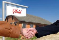 Affare di affari, stretta di mano sulla vendita della casa Fotografia Stock