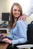 Affare di And Businesswoman Having dell'uomo d'affari in ufficio Fotografia Stock