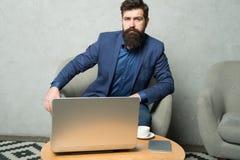 Affare di Digital Consultazione finanziaria Banchiere o ragioniere Corrispondenza di affari Uomo d'affari moderno Uomo d'affari immagini stock
