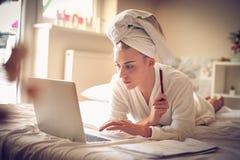 Affare di mattina a casa Donna di medio evo che lavora al computer portatile Fotografia Stock Libera da Diritti