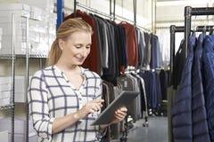 Affare di modo di Running On Line della donna di affari con Digital Tabl fotografie stock