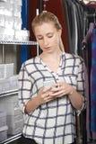Affare di modo di Running On Line della donna di affari in magazzino Usin immagine stock