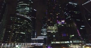 Affare di notte aereo che costruisce la città di Mosca stock footage